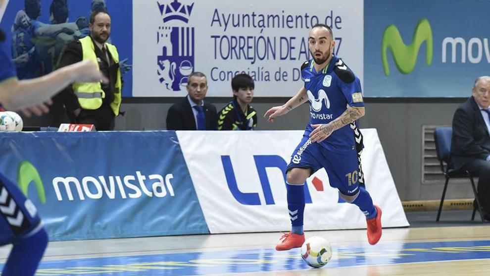 Ricardinho conduce el balón en un partido.