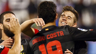 Aquino se abraza a Diego Costa tras darle una asistencia de gol.