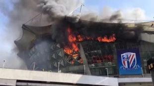 El estadio de Hongkou, en llamas.