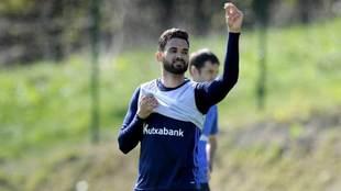 Willian José levanta el brazo en un entrenamiento de la Real...