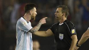 Messi discute con el colegiado en el encuentro frente Chile