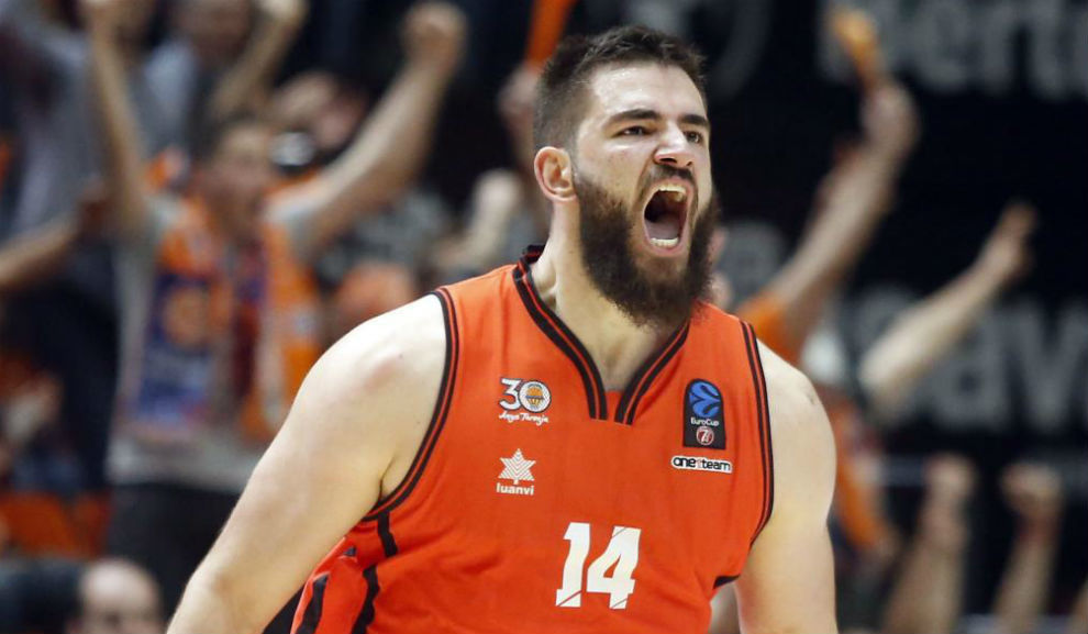 Dubljevic celebra el triple que sentenció el primer partido de la...