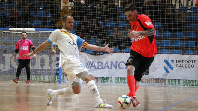 Antoñito conduce el balón ante la presencia de Dani Salgado.