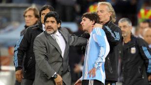 Maradona abraza Messi durante el Mundial de Sudáfrica 2010.