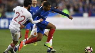 Mbappé se va de Isco durante el partido entre Francia y España.