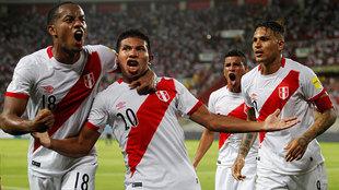 Edison Flores, en el centro, celebra su gol junto a Carrillo y...