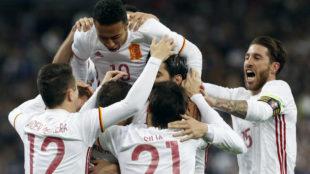 Los jugadores espa�oles celebran el gol de penalti logrado por...