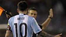 Messi discute con el asistente durante el partido contra Chile.