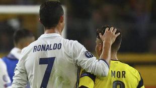 Cristiano y Emre Mor, en el duelo de Champions.
