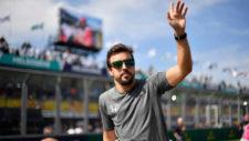 Alonso saluda al público en el circuito de Albert Park antes del GP...