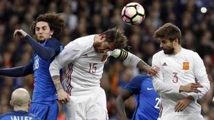 Sergio Ramos, Rabiot y Piqué disputan un balón aéreo.