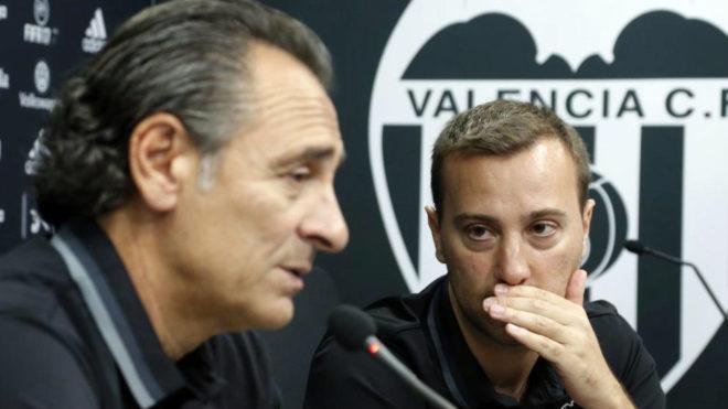 Fumagalli da explicaciones a Prandelli en una conferencia de prensa.