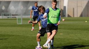 Kroos y Modric durante el entrenamiento de este miércoles en...