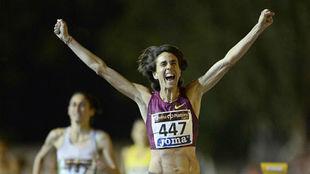 Nuria Fernández alzando los brazos en señal de victoria