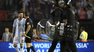 Messi dialoga con el juez de línea al que, supuestamente, insultó.