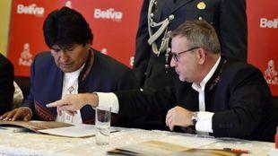 Evo Morales, presidente de Bolivia, junto a Etienne Lavigne,...