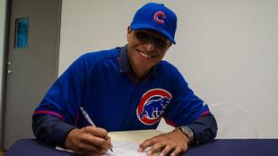 Gaytán, feliz al plasmar su firma con los campeones.