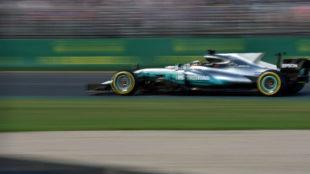 Lewis Hamilton pilotando el Mercedes el Australia