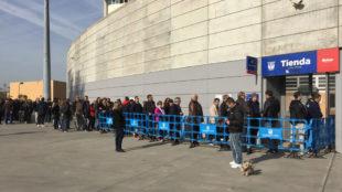 Colas en Butarque para comprar entradas para el Legan�s-Real Madrid.