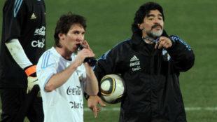 Maradona, con Messi en el Mundial 2010.