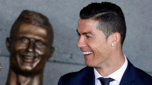 Cristiano Ronaldo junto a su busto en el  'Aeropuerto de Madeira...