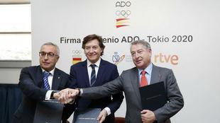 Los presidentes del COE, CSD y RTVE, tras la firma del acuerdo del...