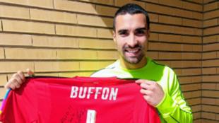 Asenjo posa con el regalo de Buffon