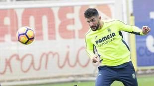 Álvaro se prepara para golpear el balón en un entrenamiento del...
