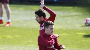 Gameiro y Vrsaljko durante un entrenamiento