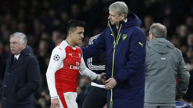 Wenger saluda a Alexis tras ser sustituido ante el Bayern.