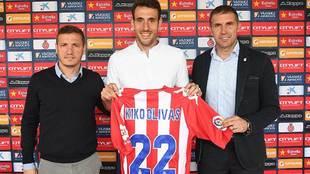 Kiko Olivas, tras anunciar su renovación, entre Quique Cárcel y el...