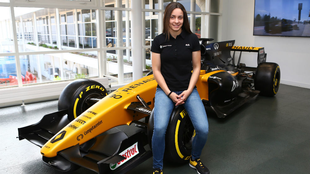 Marta García sobre el monoplaza de Renault
