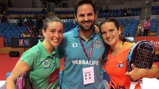 Marta Ortega y Ariana Sánchez celebran el triunfo con su entrenador,...