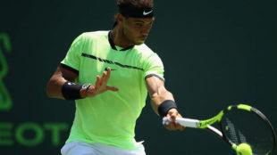 Rafael Nadal golpea la bola en su semifinal contra Fabio Fognini.