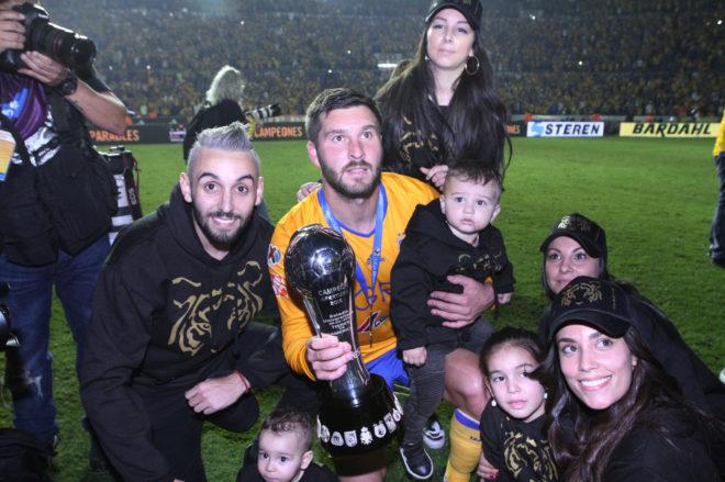 Gignac celebrando el título de la Liga MX junto a su familia