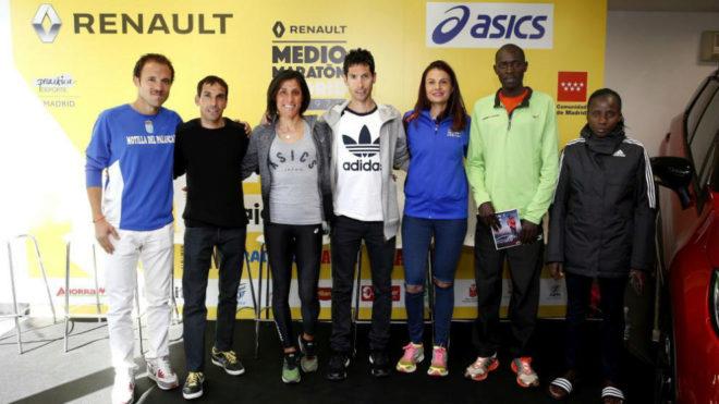Javi Guerra, en el medio, en la presentación del Medio Maratón de...