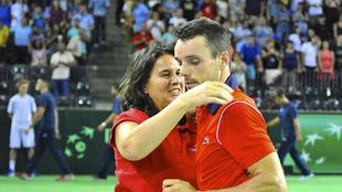 Conchita se abraza a Bautista