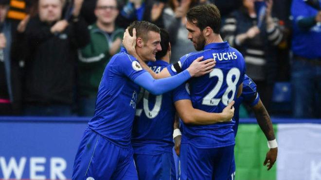 Vardy, Okazaki y Fuchs celebran el gol del punta inglés.