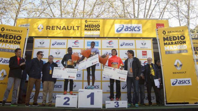 Alessandra Aguilar junto a Kemuna y Wanjiku en el podio del Renault...