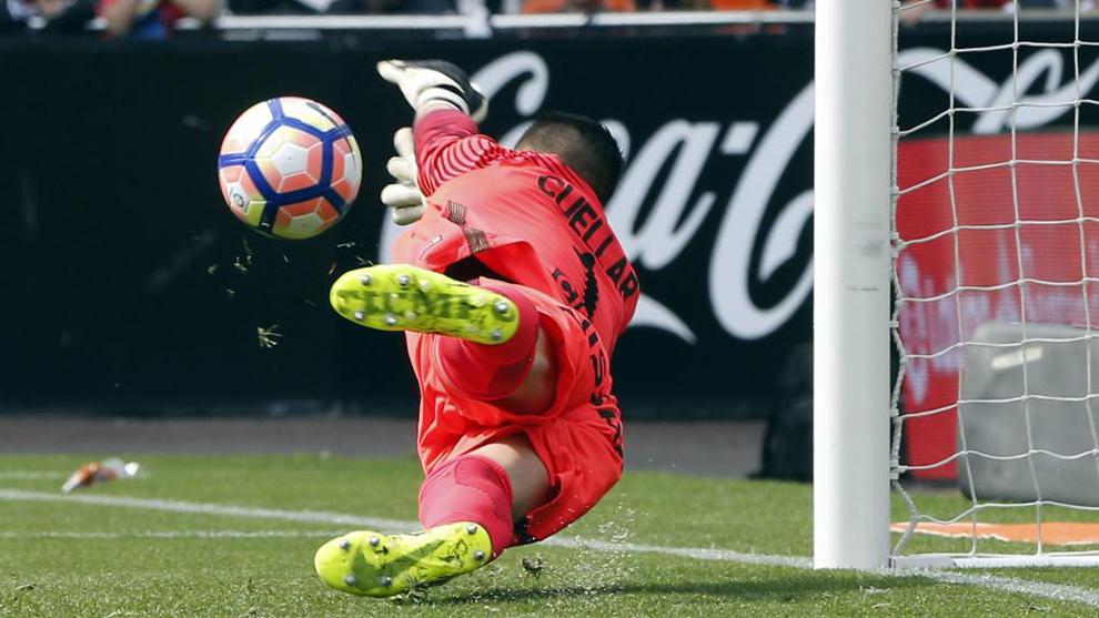 Cuéllar se consolida como el portero más en forma para detener al Sevilla