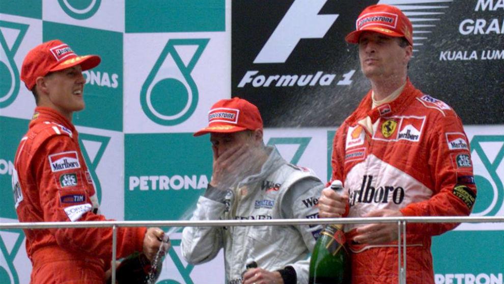 Schumacher, Hakkinen y Eddie Irvine, en el podio del GP de Malasia de...