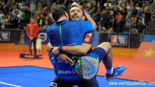 Paquito Navarro y Sanyo Gutiérrez de abrazan tras ganar la final del...