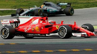 Kimi Raikkonen y Lewis Hamilton, durante los test de pretemporada en...