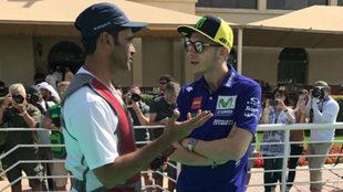 Nasser Al Attiyah y Valentino Rossi charlan antes del GP de Qatar.