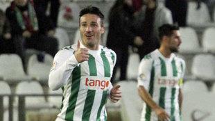 Pioccari hace un gesto de aprobación tras marcar un gol con el...