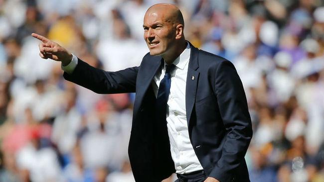 Zidane, dando instrucciones durante el partido ante el Alav�s