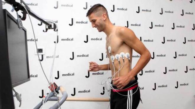 Bentancur, durante el reconocimiento médico con la Juventus.