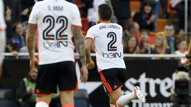 Cancelo manda callar a la afición tras anotar su gol al Deportivo.