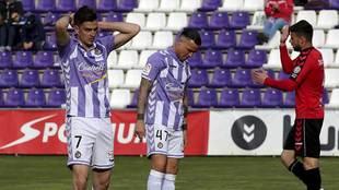 Juan Villar  y Raúl de Tomás se lamentan tras una acción frente al...