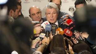 Enrique Cerezo atiende a los medios de comunicaci�n.